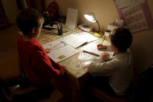 El Govern recomienda a los centros educativos que los deberes que se manden a los estudiantes para hacer en casa no les supongan más de una hora al día en los últimos cursos de Primaria.