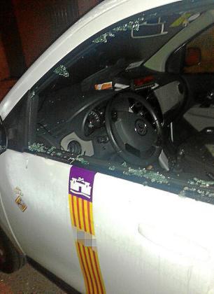Imagen del taxi dañado en Marratxí.