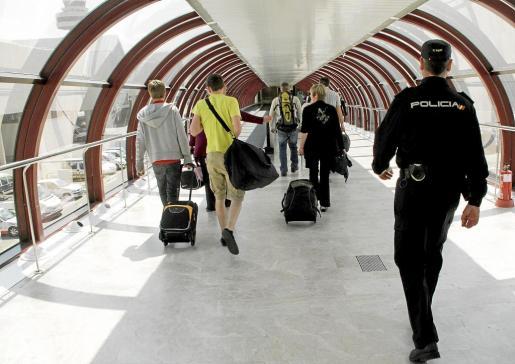 Los agentes realizan un fuerte control de vigilancia en la terminal.