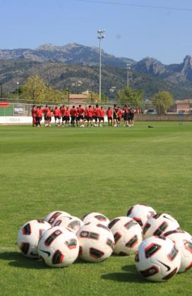 Los jugadores del Mallorca escuchan a su entrenador, Michael Laudrup, durante un entrenamiento en Son Bibiloni.