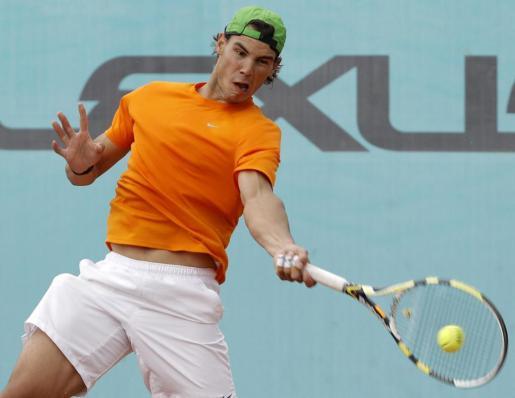 El tenista mallorquín, Rafael Nadal, golpea la bola durante los entrenamientos previos al Masters 1.000 de Madrid.