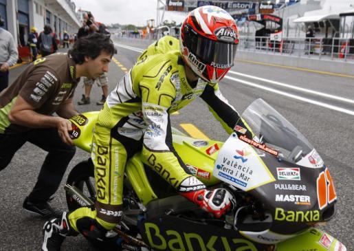 El piloto de Aprilia, Nicolás Terol, sale del garaje durante las pruebas de clasificación del Gran Premio de Portugal.