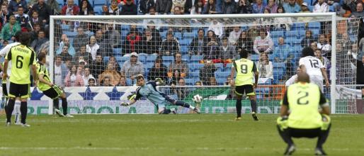 El centrocampista del Real Zaragoza Gabi Fernández (2i) marca de penalti el segundo gol de su equipo durante el partido.