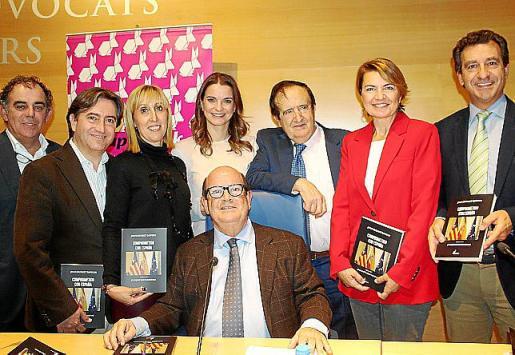 Jaume Juan, Mauricio Rovira, Catalina Soler, Margalida Prohens, Juan José Lucas, Margalida Duran y Gabriel Company con Joan Huguet.