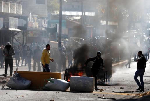 Palestinos se enfrentan a tropas israelíes durante protestas en Belén.