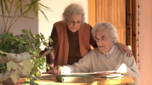 Toni Estarellas y su mujer, Marisol Fernández, en su casa payesa de Benirràs.
