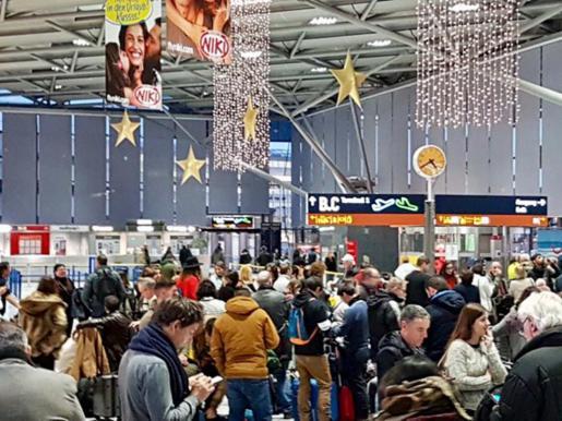 Son cientos los pasajeros de Baleares que a esta hora permaneces retenidos en distintos aeropuertos según informa el periodista Juan Carlos Sabrafín en su cuenta de Twitter.