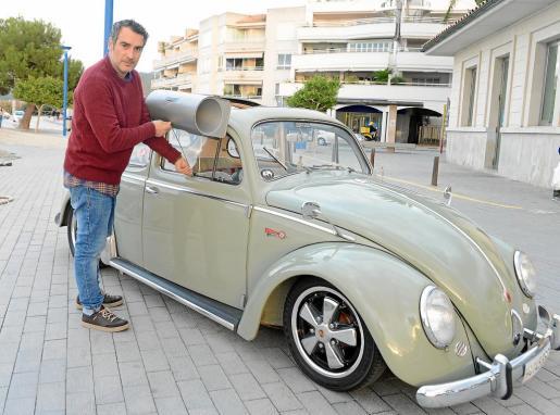 David Alemany, junto a su Volkswagen de 1959. En la ventana un aparato de aire acondicionado que se le puede acoplar.