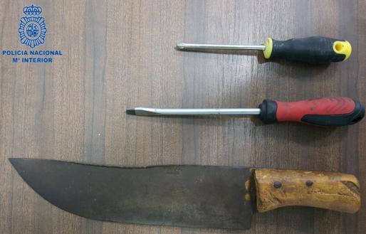 Este es el machete que llevaba el hombre.
