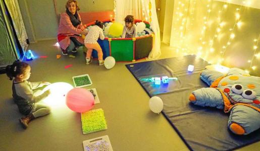 En la sala se pueden encontrar diferentes juegos de texturas, luces y sensaciones para estimular a los estudiantes.
