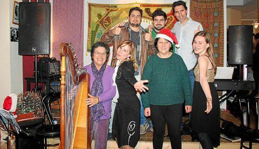 Miryam Sosa, Sandra Santana, Juana María Fernández y Rocío Santana. Detrás: David García, Miguel Molina y Raúl Florensa.