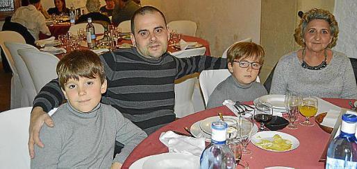 Tolo García y Resu Pinel con los pequeños Kilian y Adrià.