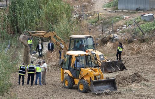 Efectivos de la Policía Nacional durante las labores de búsqueda de Marta del Castillo en la zanja de Camas el pasado octubre.