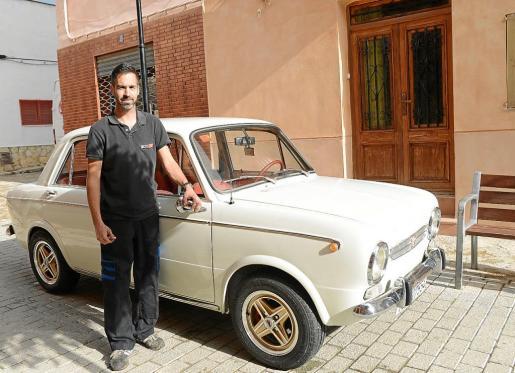 Juan Antonio Collados es el propietario de este Seat 850 Especial de 1969 que compró hace un año para iniciar su pequeña colección de clásicos