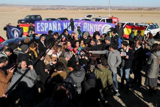 La secretaria general de ERC, Marta Rovira, habla a los medios ante una manifestación de ultras con banderas y pancartas en los exteriores de la cárcel de Estremera (Madrid), donde permanece encarcelado el presidenciable de su partido el próximo 21D, Oriol Junqueras.