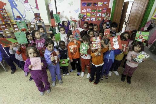 Los pacientes del Hospital Can Misses reciben postales navideñas de alumnos de Cas Serres.