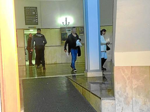 El exconcursante de la octava edición del programa 'Gran Hermano' Daniel L. sale de los calabozos de los juzgados de Vía Alemania de Palma, este martes, tras saber que el juez ordenó que quedase libre. La madre del joven, también arrestada, fue puesta en libertad tras la declaración en el juzgado de su hijo.