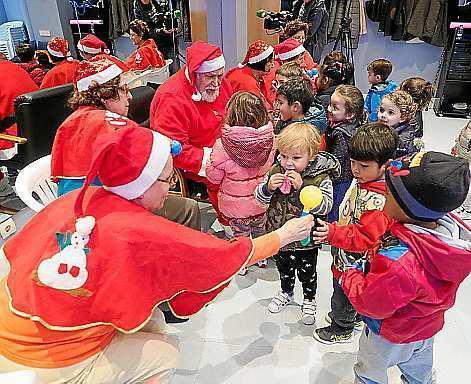 El encuentro con Papá Noel y Las querubinas hizo que se vivieran momentos divertidos en la Llar Eivissa.