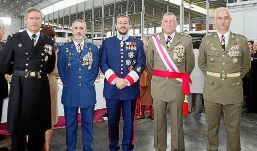 Juan Moreno, Manuel Aroca Corbalán, Alfonso de Ceballos-Escalera y Gila, III marqués de la Floresta y VIII vizconde de Ayala; el comandante general, Juan Cifuentes y Eduardo Gutiérrez de Rubalcava.