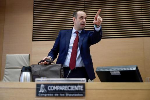 El actual director general del fondo de rescate público (FROB), Jaime Ponce, tras su comparecencia en la Comisión que investiga el origen de la crisis financiera para dar su versión sobre lo sucedido en el Congreso de los Diputados.