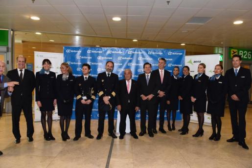 Juan José Hidalgo junto a la tripulación del vuelo inaugural de Air Europa a la ciudad brasileña de Recife.