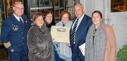 Margarita Riera Costa, tercera por la izquierda, después de recibir el prestigioso premio y superar un problema de salud.