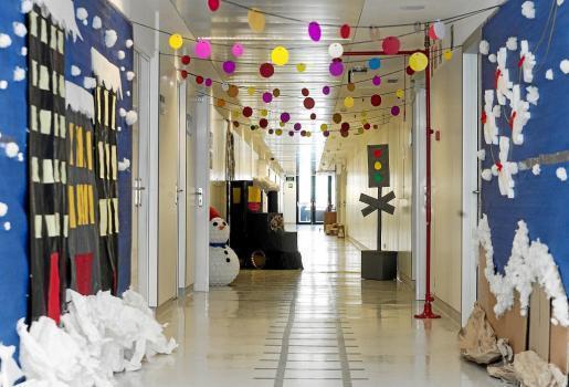 El pasillo del servicio de Laboratorio emula a la película 'Polar Express' con su particular tren de la salud.
