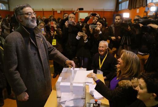 El líder de la CUP Carles Riera, en el momento de votar en la Escola Pere IV, en Barcelona.