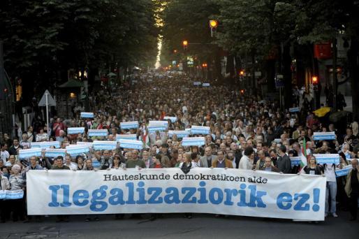 Miles de personas se manifestaron ayer en Bilbao mientras esperaban el fallo del Tribunal Constitucional bajo el lema: «Por unas elecciones democráticas. No a la ilegalización» de Bildu. g