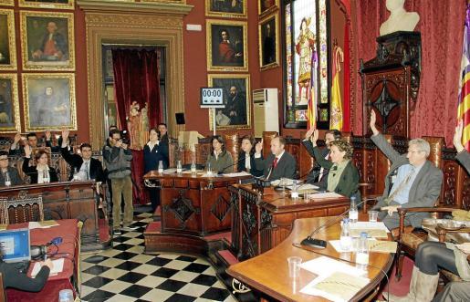 PALMA - EL AYUNTAMIENTO AVALARA 30 MILLONES DE EUROS PARA EL PALACIO DE CONGRESOS. MOMENTO DE LA VOTACION DURANTE UN PLENO DEL AYUNTAMIENTO.