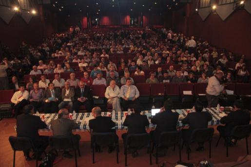 Casi 400 personas, entre socios y aficionados del Atco. Balears acudieron a una asamblea que pasará a la historia.