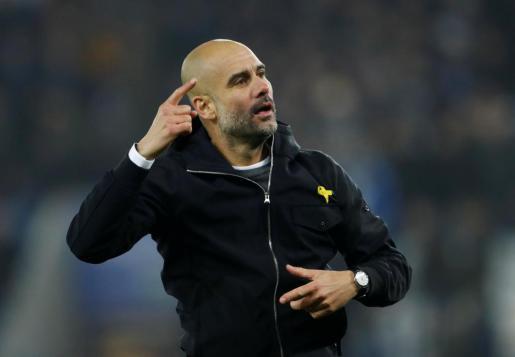 El entrenador del Manchester City, Pep Guardiola, acudió al partido en Leicester con un lazo amarillo.
