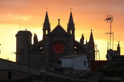 El solsticio de invierno, durante unos minutos el rosetón central de la Catedral de Mallorca se ilumina completamente.