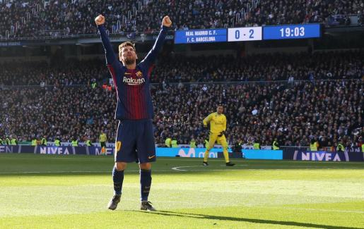 El jugador del F.C. Barcelona Leo Messi celebra el gol de penalti marcado al Real Madrid.
