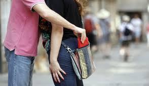 Habitualmente actuaban en calles poco transitadas dónde sorprendían a las víctimas y se ganaban su confianza dándoles abrazos, besos, colocándoles la ropa y entreteniéndolos con alguna conversación.