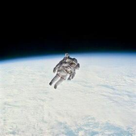 Con un propulsor Bruce McCandless se desplazó a más de 100 metros de la nave espacial Challenger, lo que recordó como «sentimiento maravilloso».