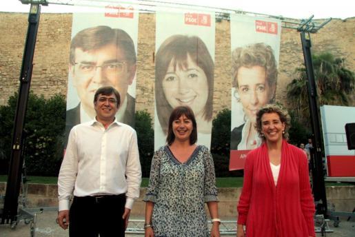 Francesc Antich, Francina Armengol y Aina Calvo, durante la pegada de carteles.