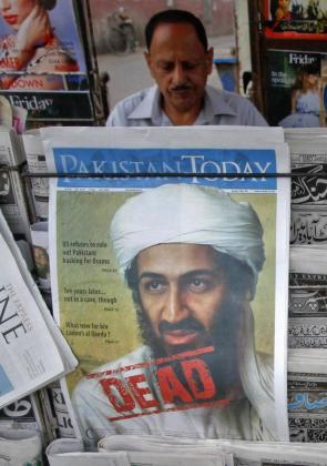 Un periódico paquistaní muestra en la portada la noticia de la muerte de Bin Laden, confirmada hoy por Al Qaeda.