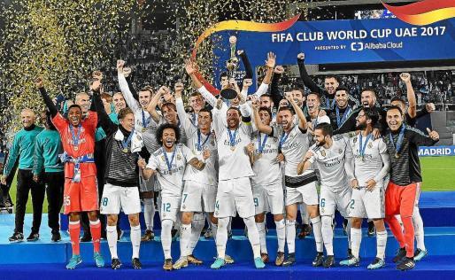 La plantilla del Real Madrid celebra la consecución del título mientras Sergio Ramos alza el trofeo de campeón.