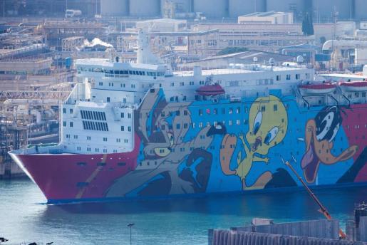 El crucero Moby Dada, con su particular decoración con Piolín y otros dibujos de la Warner, se convirtió en el símbolo del refuerzo policial en Cataluña.