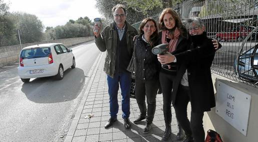 Las primeras mediciones con radar de la velocidad se hicieron en una zona de colegios. En la imagen, Sebastián Salom, Sonia Jichi, Lucía González (simpatizante de la entidad) y Alejandra Araya, con los radares.