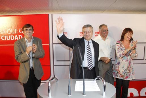 José Blanco, rodeado de Francina Armengol y Francesc Antich.