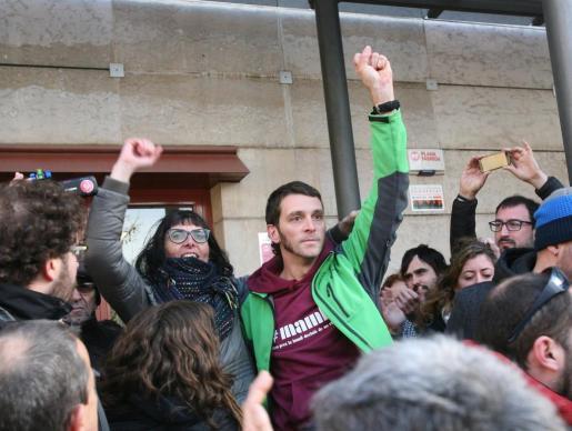 Los concejales de la CUP de Reus Marta Llorens y Oriol Ciurana, detenidos e investigados por un supuesto delito de odio, salen en libertad después de negarse a declarar ante la titular del juzgado número 2 de la ciudad.