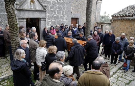 Un centenar de vecinos despiden al ermitaño Benet en Valldemossa.