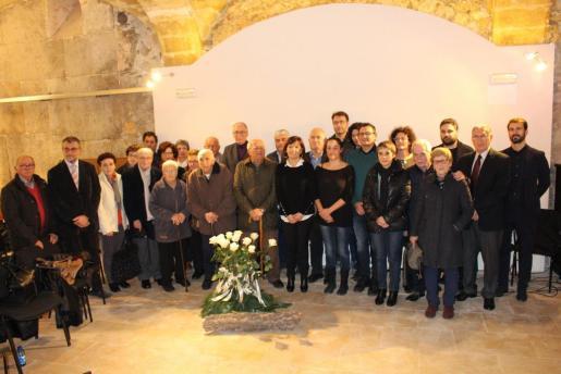 Autoridades y familiares de las víctimas homenajeadas, en la Institució Pública Alcover.