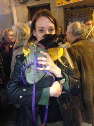 El toque de color lo pusieron esta manifestante y su perro, al que adornó con un lazo amarillo, a juego con su bufanda.