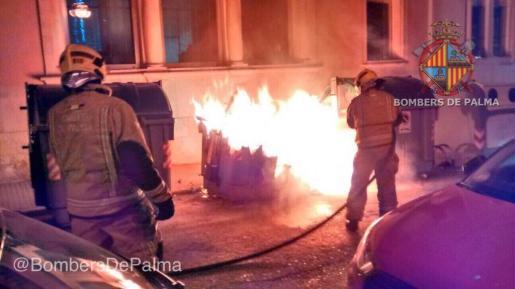 Una imagen facilitada por los Bomberos de Palma de los contenedores incendiados.