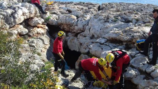 Los bomberos, durante el rescate.