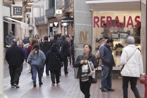 Numerosos comercios anuncian ya las rebajas en Palma.