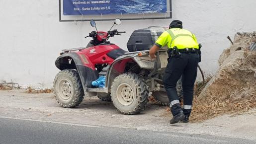 Un agente inspecciona el vehículo que conducía Ángel Nieto.
